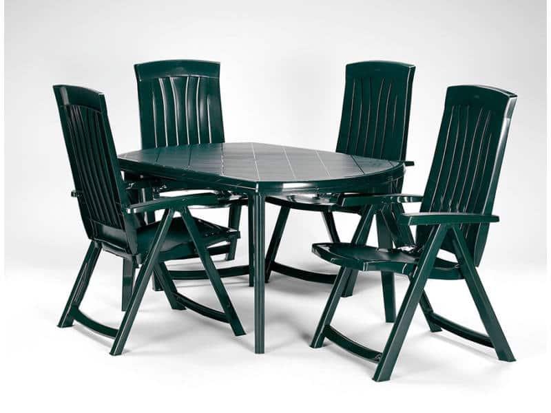 műanyag asztal székekkel